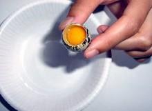 ご紹介するうずら卵の黄身は非常に濃い色をしています。